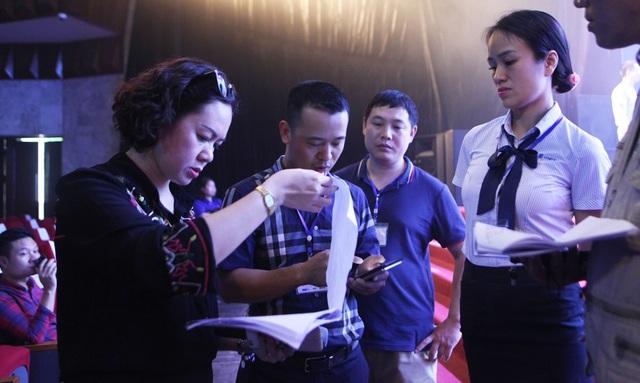 Ban tổ chức tập trung theo dõi nội dung được thực nghiệm trên sân khấu và đối chiếu với kịch bản để đảm bảo chương trình sẽ diễn ra hoàn hảo.