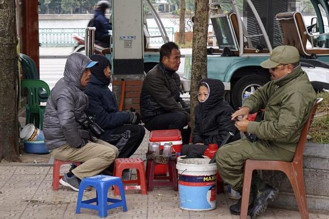 Co ro bên chén trà nóng trong buổi sáng. Tuần trước, Hà Nội còn nắng ấm, có những ngày nắng gắt khiến người đi đường có cảm giác như mùa hè.
