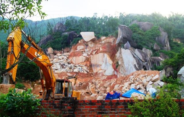 Khai thác đá trên núi Hòn Cha (TP Quy Nhơn, Bình Định) đang diễn ra phức tạp và để lại những hệ lụy