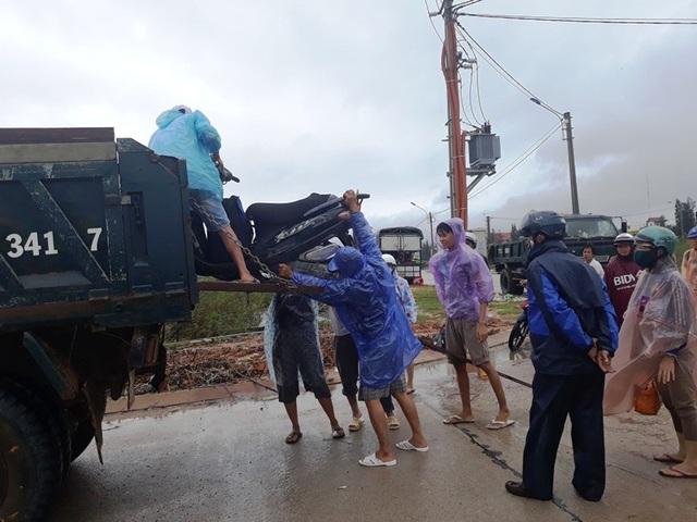 Người dân di chuyển bằng xe tải qua các tràn ngập nặng.