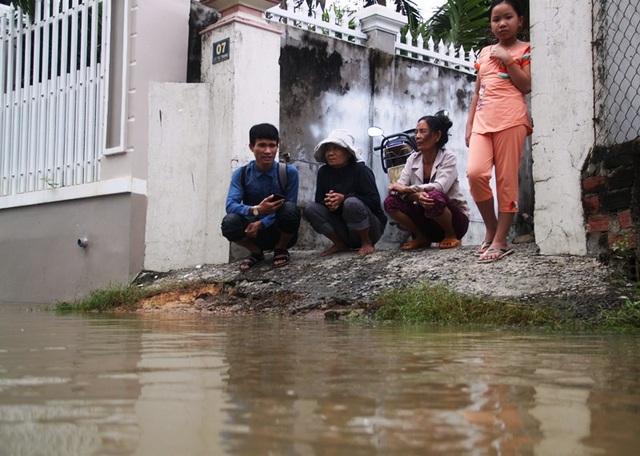 Người dân thôn Diêu Trì (thị trấn Diêu Trì, huyện Tuy Phước) cho biết, đêm 4/12 khi lũ về họ phải thức trắng đêm chạy lũ.