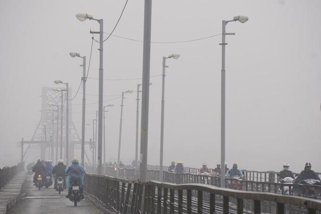 Cầu Long Biên ẩn hiện trong mây mù. Nhiều thời điểm, Hà Nội có mưa phùn.
