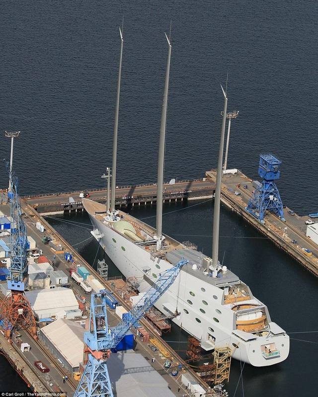 Du thuyền có 1 khu vực dùng làm sân bay cất cánh hạ cánh cho trực thăng, một hồ bơi kích thước lớn. (Ảnh: The Yatch Photo)
