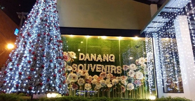 Nhiều nhà hàng, cà phê trang trí cây thông Noel trong mùa Giáng sinh