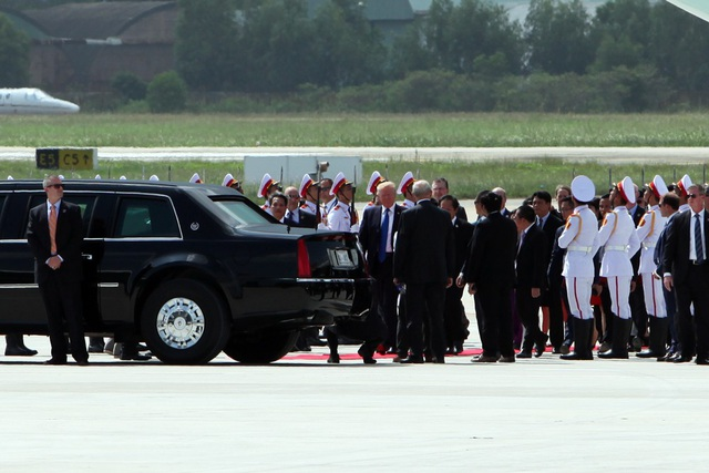 Tổng thống Trump bước vào Cadillac One