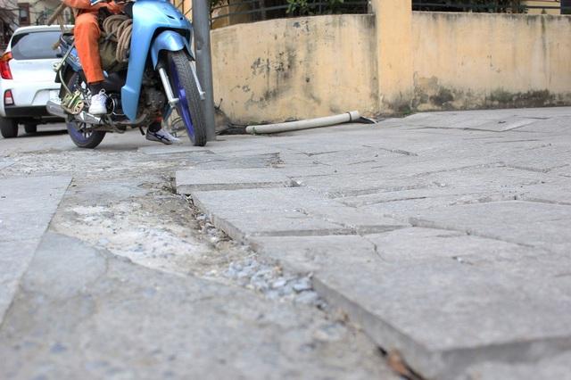 """Hà Nội: Đá lát """"bền vững 70 năm"""" vỡ nát sau hơn 1 năm sử dụng - 13"""