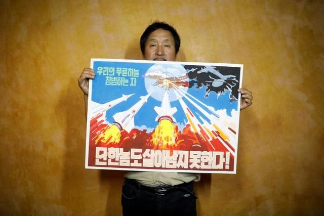 Một tấm biểu ngữ tuyên truyền của Triều Tiên. Theo ông Koen De Ceuste, giảng viên đại học Đại học Leiden, Hà Lan, hầu hết các bộ và cơ quan địa phương tại Triều Tiên đều sở hữu trung tâm nghệ thuật.