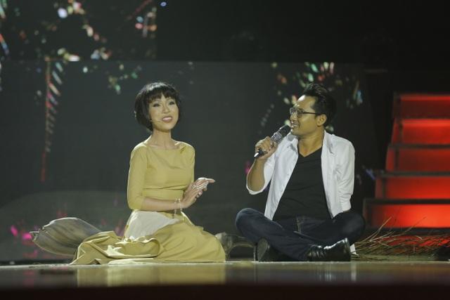 Diễn viên Huỳnh Đông thể hiện ca khúc Người tình mo cau.