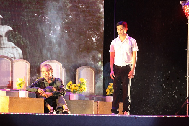 Phần kịch minh họa cho tiết mục vô cùng xúc động do nghệ sĩ Lê Bình trong vai người lính già cùng cháu (diễn viên Quốc Khánh), người lính già đi viếng mộ người bạn chiến đấu thời trai trẻ đã hi sinh cứu mình ngày trẻ.