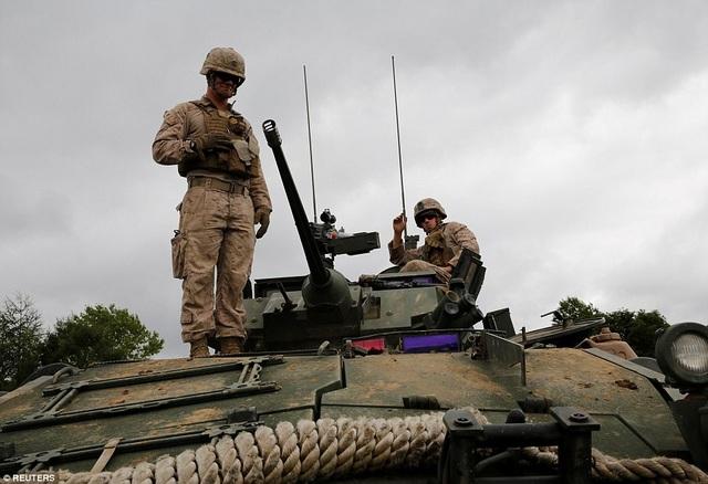 Binh sĩ Mỹ đứng trên xe thiết giáp LAV-25