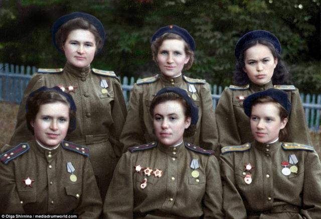 Trong 40 thành viên của đội bay đã có 30 người hy sinh trong những trận không chiến. 23 người trong số họ đã được trao tặng danh hiệu Anh hùng Liên Xô. Trong ảnh: 6 thành viên của trung đoàn 588. (Ảnh: Olga Shirnina / Mediadrumworld)