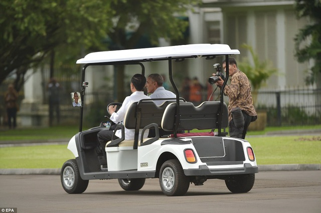 Gia đình ông Obama đang có chuyến thăm kéo dài 10 ngày tại Indonesia, nơi ông sinh sống khi còn nhỏ. Nhưng hôm nay, vợ ông Michelle Obama cũng 2 con gái không tham gia lịch trình cùng ông. Trong ảnh: Tổng thống Widodo lái xe điện chở ông Obama thăm vòng quanh lâu đài Bogor. (Ảnh: EPA)
