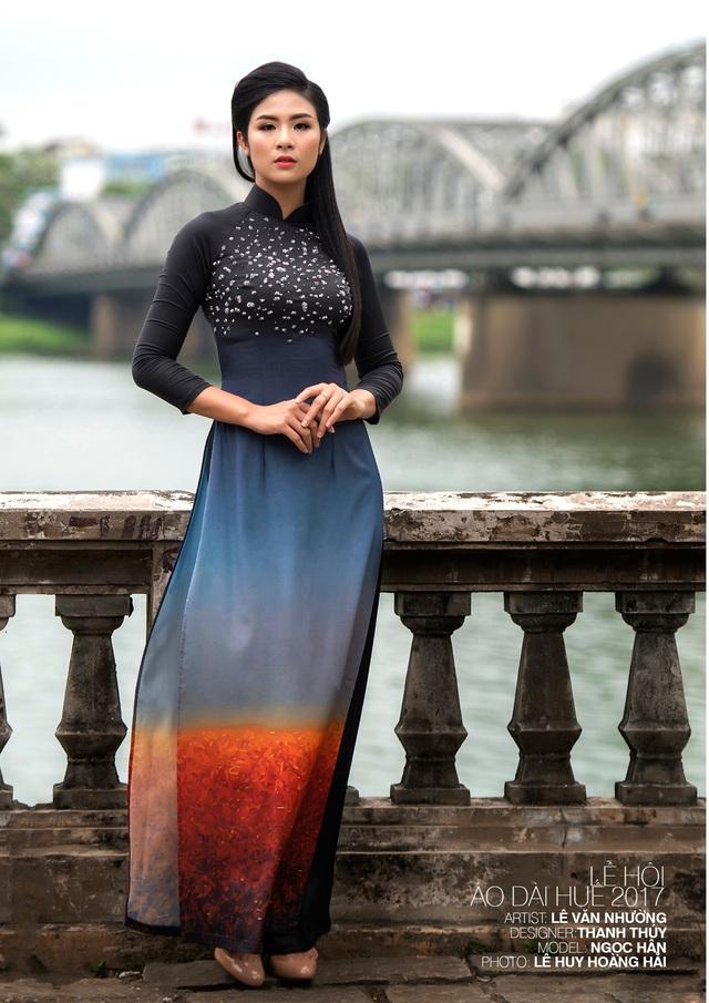 Áo dài NTK Thanh Thúy trên nền tranh họa sĩ Lê Văn Nhường