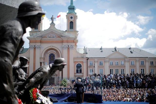 Ông Trump có bài phát biểu trước đám đông tại Bức tượng Khởi nghĩa Warsaw tại Quảng trường Krasinski, Warsaw, Ba Lan trong khuôn khổ chuyến công du hôm 6/7/2017. (Ảnh: Reuters)