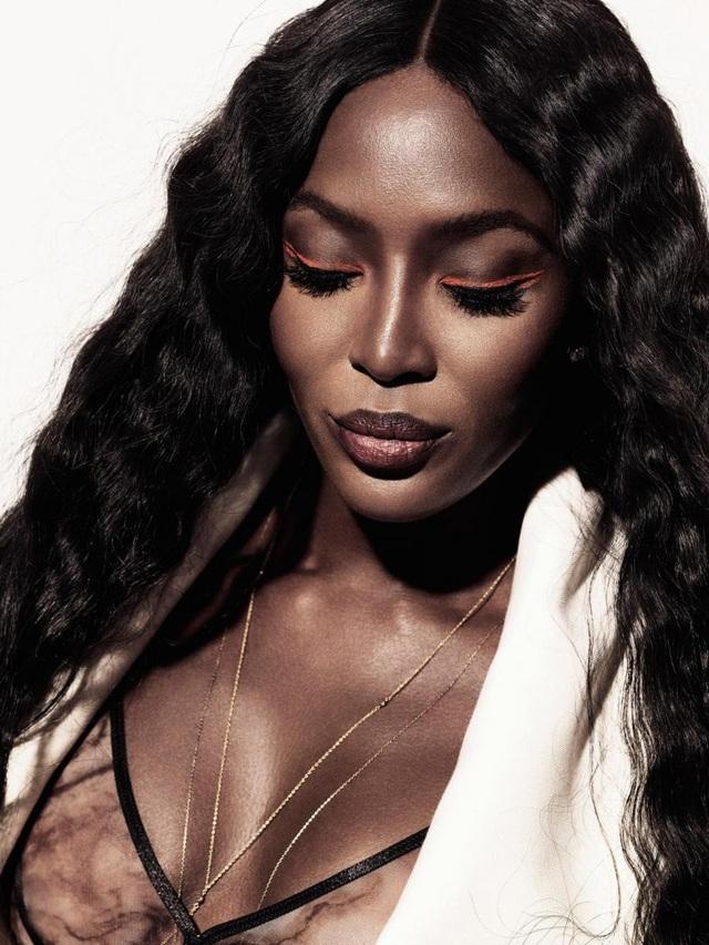 Đứng thứ 4 là người mẫu kỳ cựu Naomi Campbell (47 tuổi). Naomi đã là người mẫu đình đám hàng đầu thế giới trong gần 30 năm qua. Ngoài một thân hình đẹp lý tưởng, Naomi còn sở hữu gương mặt cá tính, ấn tượng, một phần được tạo nên bởi gò má của cô.