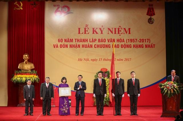 Lãnh đạo Báo Văn hoá đón nhận Huân chương Lao động hạng Nhất do ông Võ Văn Thưởng - Trưởng Ban Tuyên giáo TƯ thừa uỷ quyền của Chủ tịch nước trao tặng.