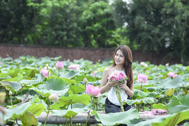 Nữ sinh Lào quyến rũ bên hoa sen Việt - 12
