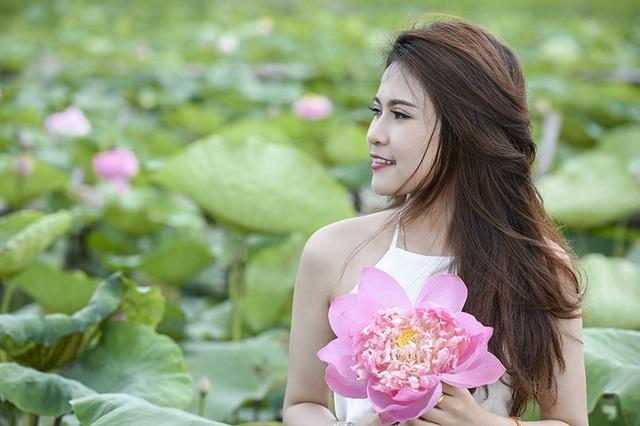 Anisone mặc áo yếm của phụ nữ Việt ngày xưa.