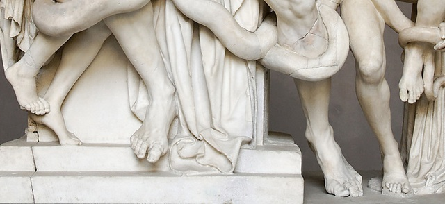 """Ngón chân trỏ dài hơn ngón chân cái có thể bắt gặp trong nhiều tác phẩm nghệ thuật chịu ảnh hưởng của văn hóa Hy Lạp cổ đại. Trong ảnh là bức tượng """"Laocoön and his sons"""" (Laocoön và các con trai)."""