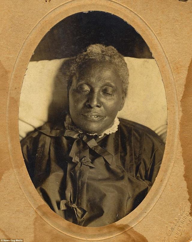 Người phụ nữ trong ảnh có tên Della Powell. Bà Della sinh sống ở hạt Crockett, bang Tennessee, Mỹ. Bà qua đời năm 1894, thọ 54 tuổi, sinh thời vốn là một nông dân.