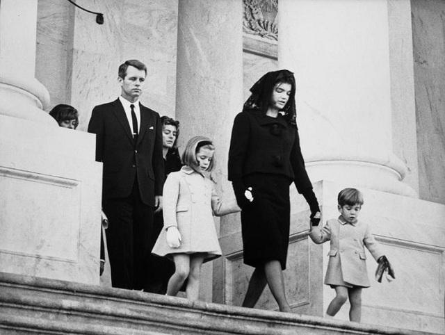 Gia đình của Tổng thống Kennedy có mặt tại buổi lễ bao gồm em trai Robert F. Kennedy, con gái Caroline Kennedy, vợ Jacqueline Kennedy và con trai John F. Kennedy Jr.