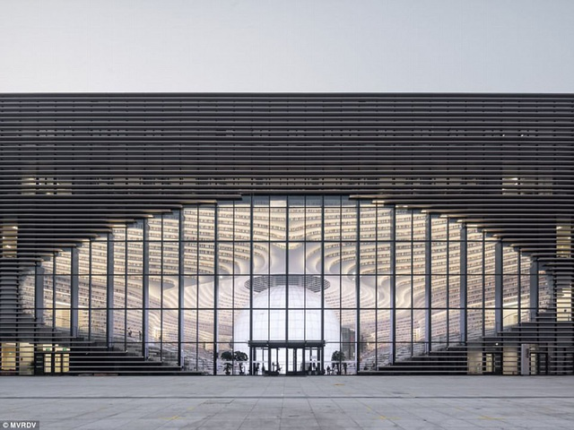 Nhìn từ xa, thiết kế của tòa nhà cũng gợi liên tưởng tới đôi mắt.
