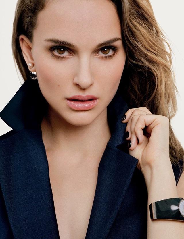 """Diễn viên """"Thiên nga đen"""" Natalie Portman (36 tuổi) đứng thứ 5. Nhiều người nhận xét Natalie Portman và Keira Knightley (đứng ở vị trí thứ nhất) có vẻ đẹp khá giống nhau. Điều này có thể phần nào lý giải bởi cả hai cùng có cấu trúc gò má khá tương đồng, giúp họ cùng trở thành những nhan sắc đình đám ở Hollywood."""