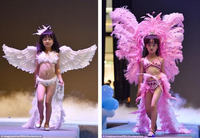 """Những hình ảnh chụp tại sự kiện cho thấy phong cách trình diễn lấy cảm hứng từ các show trình diễn của hãng nội y """"Victoria's Secret"""". Các người mẫu nhí trước khi bước lên sân khấu đều trang điểm, làm tóc, và diện bikini đi kèm với các phụ kiện diêm dúa."""
