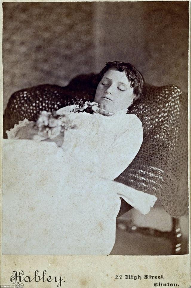 """Bức ảnh chụp người phụ nữ có tên Mary Maria Stuart hồi năm 1885. Các bức ảnh tưởng niệm này sau đó sẽ được đưa vào cuốn """"album"""" của gia đình, nên các thợ chụp ảnh thường thực hiện làm sao để người quá cố trông như thể đang còn sống, hay đang chìm vào một giấc ngủ sâu."""