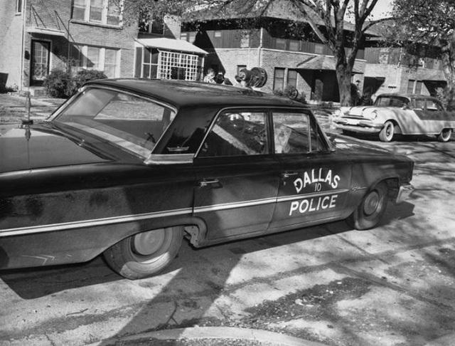 Xe cảnh sát đỗ trước cửa nhà nghi phạm Lee Harvey Oswald