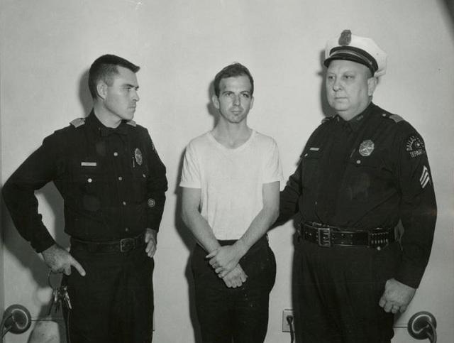 Ban đầu, Oswald bị cảnh sát bắt không phải do bị tình nghi ám sát tổng thống mà vì tên này đã bắn chết một sĩ quan cảnh sát khi bị yêu cầu dừng lại để kiểm tra chỉ ít lâu sau vụ ám sát diễn ra. Các cuộc điều tra sau này đã kết luận Oswald là hung thủ và hành động một mình, tuy nhiên, điều này dường như vẫn chưa làm hài lòng phần lớn dân chúng và những người ủng hộ các thuyết âm mưu khác