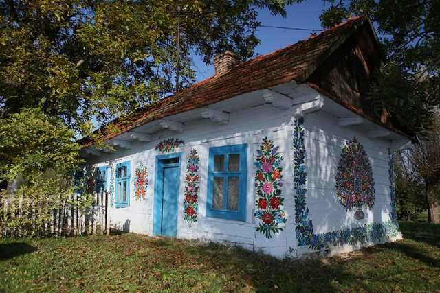 Mỗi ngôi nhà trong làng đều được trang trí với các họa tiết hoa văn rực rỡ, được thực hiện bằng tay một cách kỳ công bởi các phụ nữ của làng.