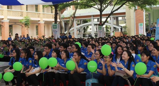 Hơn 800 học sinh Trường THPT Ngô Quyền tham dự buổi trao học bổng và giao lưu văn hóa văn nghệ.