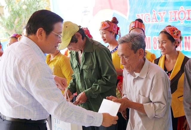 Ông Phan Đình Trạc - Trưởng Ban Nội chính Trung ương tặng quà cho bà con bản Trung Hương xã Yên Khê, huyện Con Cuông.