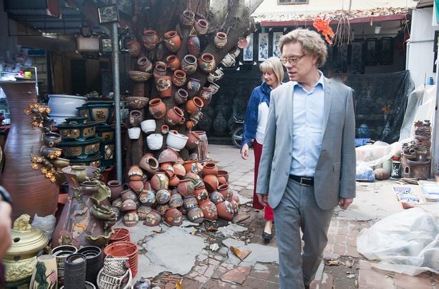 Đại sứ Thụy Điển tại Việt Nam Pereric Högberg và phu nhân Anna Högberg đi chợ gốm Bát Tràng ngày cận Tết Đinh Dậu.