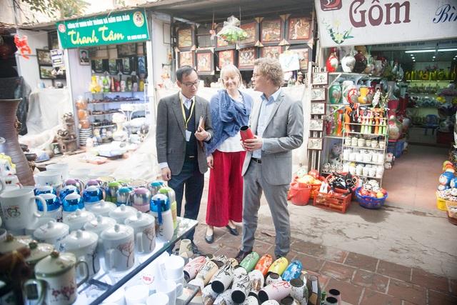 Đại sứ Pereric và phu nhân Anna rất thích các sản phẩm gốm truyền thống của Việt Nam.