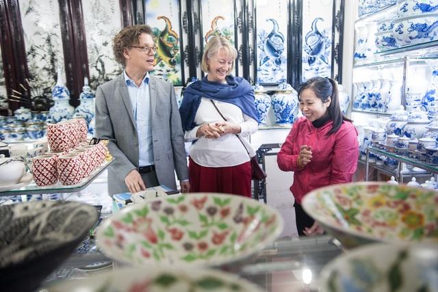 Ông Pereric và phu nhân ghé vào các cửa hàng đồ gốm để mua sắm các vật dụng cho gia đình.