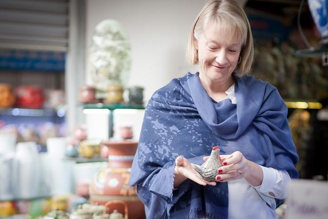 Bà Anna cầm một sản phẩm đồ gốm hình con gà dễ thương.