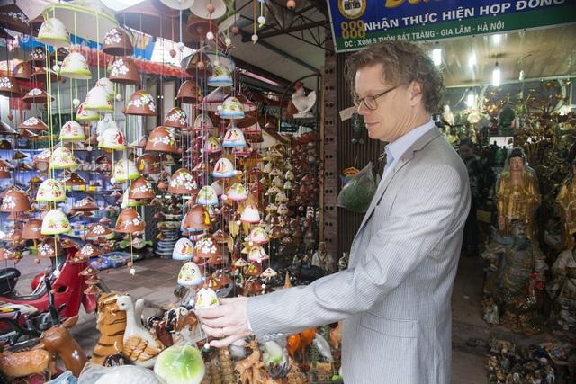 Ông Pereric cho biết ông rất tượng với các sản phẩm gốm của làng nghề Bát Tràng nên muốn quay trở lại để thăm thú và mua sắm cho gia đình nhân dịp Tết.