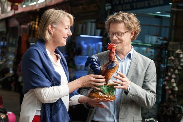 Phu nhân của ông Pereric cũng thích thú với một bức tượng gà được tô vẽ sinh động.