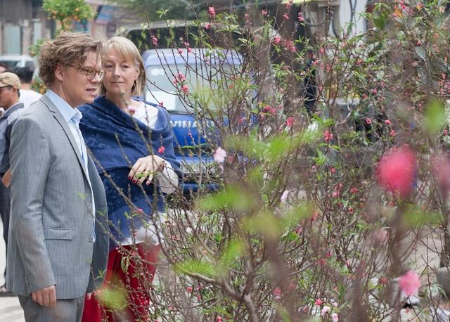Đại sứ Pereric và phu nhân cũng ghé thăm một cửa hàng bán đào gần chợ gốm Bát Tràng.