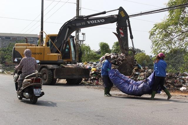 """""""Núi rác"""" ở Hà Nội được thu dọn sau 4 tháng ứ đọng - 9"""