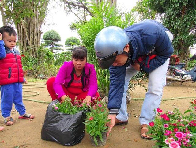 Khách hàng có mặt tại vườn hoa của các hộ gia đình để lựa chọn, đặt và mua hoa