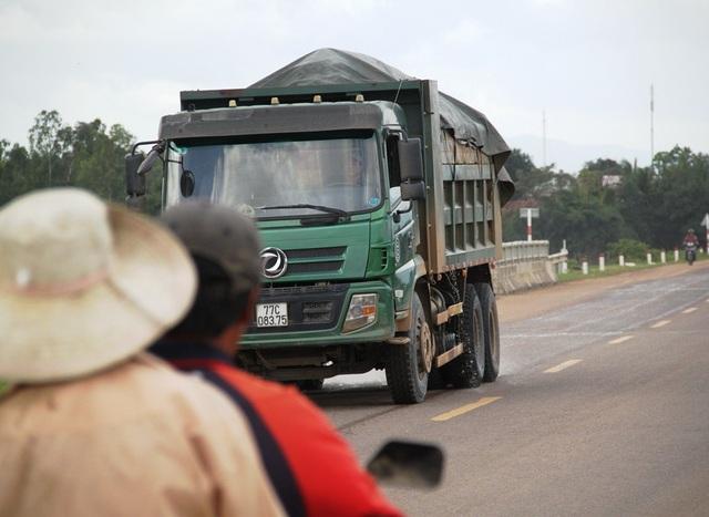 Một xe tải chở cát có ngọn chạy trên QL 19 nhưng không thấy lực lượng chức năng nào xử lý