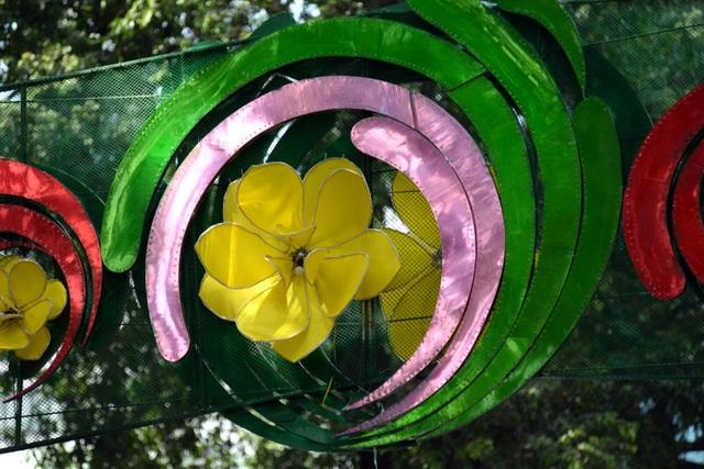 Chỉ 1 vòng hoa trang trí nhưng có tới 3 màu.