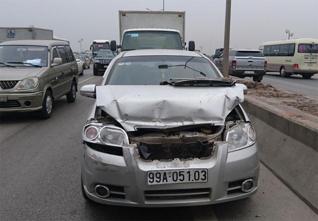 2 xe con này cũng bị hỏng khá nặng sau vụ tai nạn liên hoàn.