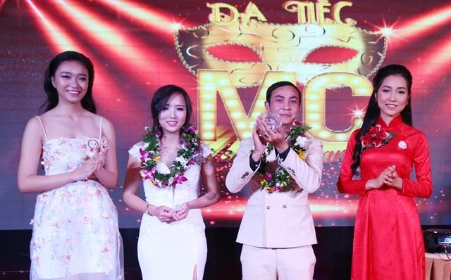 Người đẹp áo dài Kiều Vỹ (bìa phải) và Hoa khôi Đà Nẵng Như Thủy (bìa trái) xướng tên và trao cup cho các MC triển vọng ở Đà Nẵng