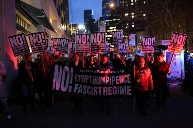 Cánh sát Mỹ bắt hơn 200 người biểu tình phản đối Tổng thống Trump - 10