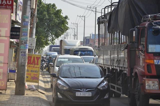 Các phương tiện ô tô lấn hết đường dành cho xe máy