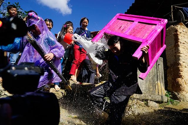 Đoàn nhà gái té nước làm lễ cho nhà trai